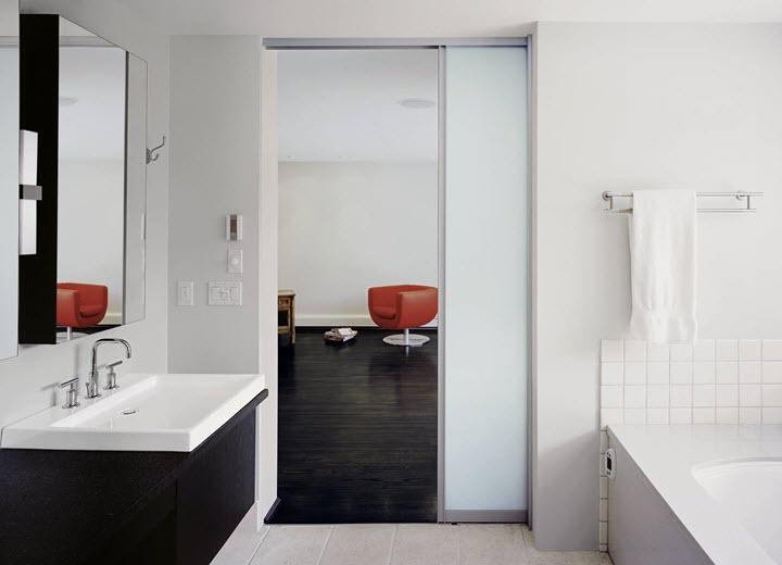 Стеклянная раздвижная дверь в ванной