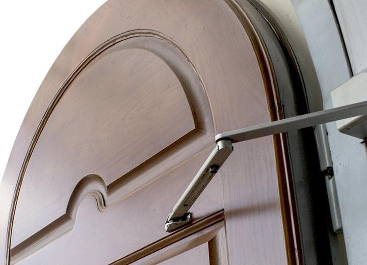 Как правильно отрегулировать доводчик двери