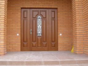Теплая деревянная дверь
